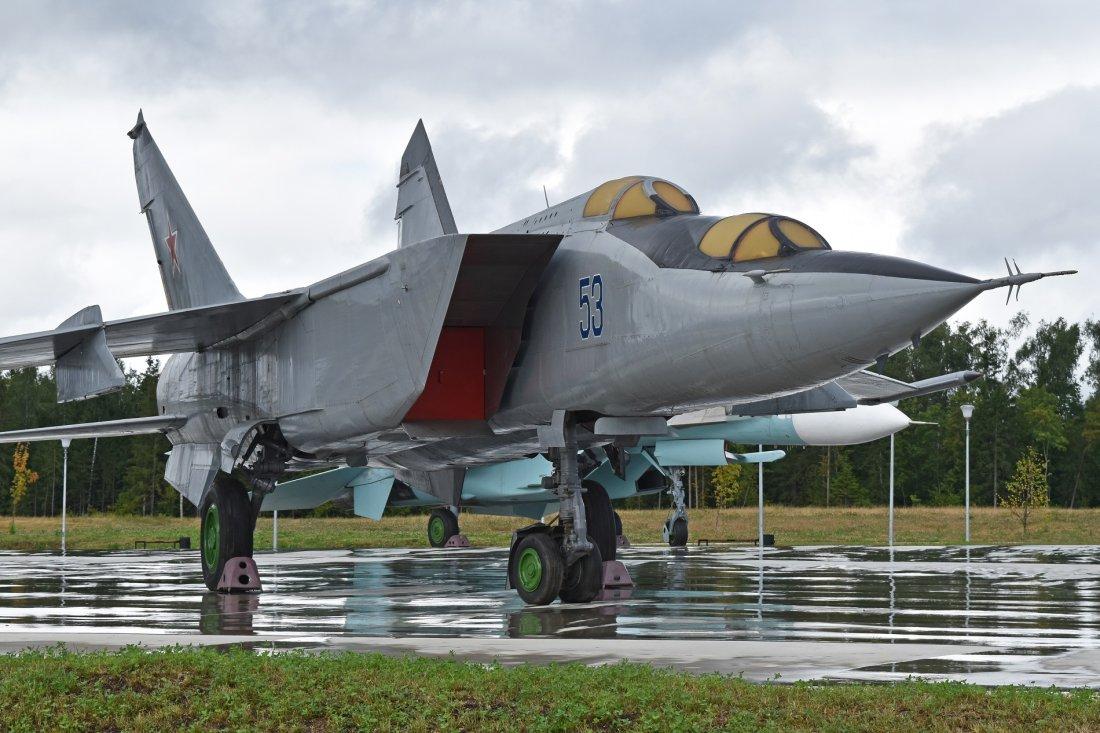 Mikoyan-Gurevich_MiG-25PU_%E2%80%9953_blue%E2%80%99_%2838094148876%29.jpg