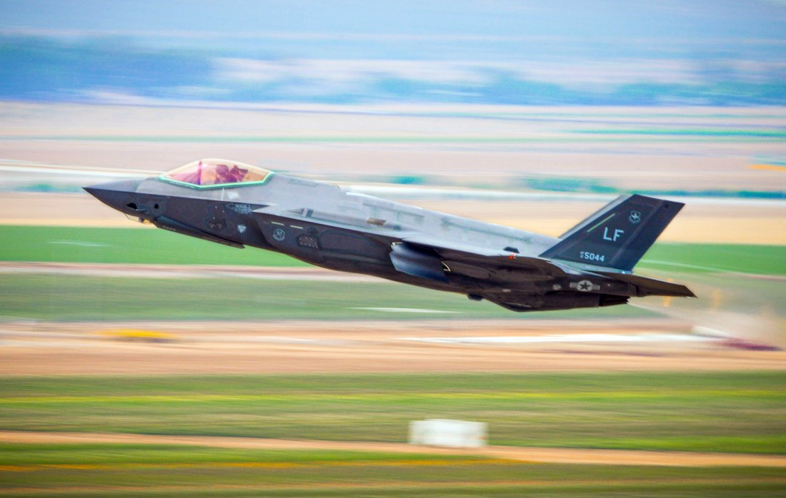 USA F35fightertakingofffromanairbase