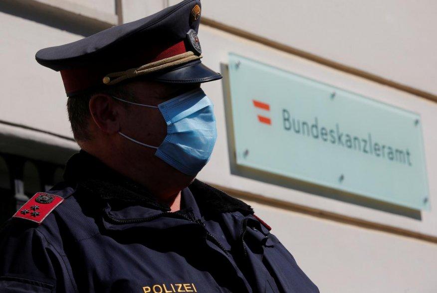 A police officer wearing a protective face mask stands in front of the Chancellery in Vienna, Austria April 6, 2020. REUTERS/Leonhard Foeger