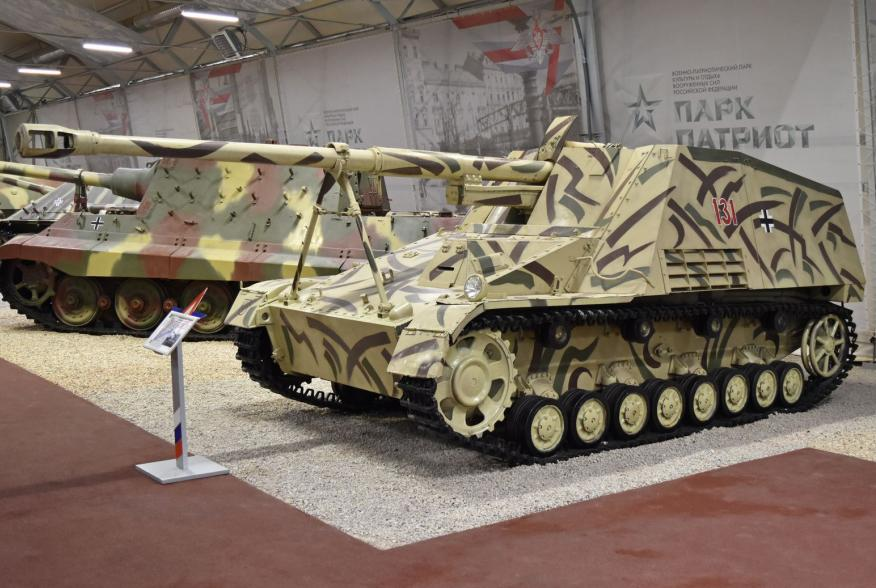 By Alan Wilson from Stilton, Peterborough, Cambs, UK - Nashorn '131 red' – Patriot Museum, Kubinka, CC BY-SA 2.0, https://commons.wikimedia.org/w/index.php?curid=63970280