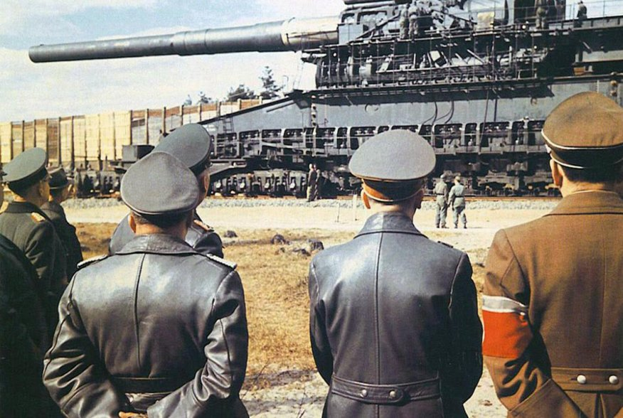 Adolf Hitler (second from right) and Albert Speer (right) in front of the 800mm gustav railway gun in the year 1943. German Federal Archives/Walter Frentz.