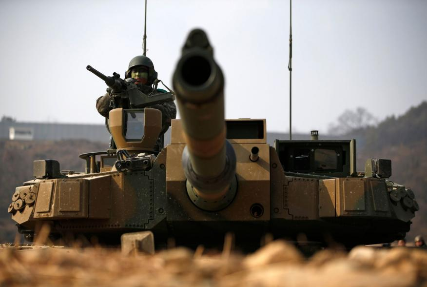 A South Korean army soldier takes position at the army's K-2 tank during an annual live-fire military exercise in Yangpyeong February 11, 2015. REUTERS/Kim Hong-Ji (SOUTH KOREA - Tags: MILITARY)
