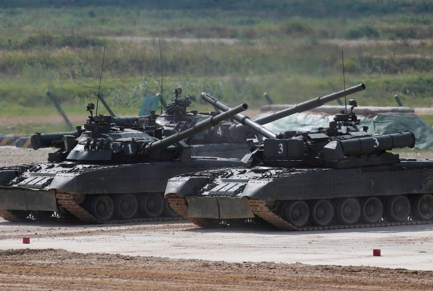 """Russian T-80 U tanks perform during the annual international military-technical forum """"ARMY"""" in Alabino, outside Moscow, Russia August 23, 2018. REUTERS/Maxim Shemetov"""