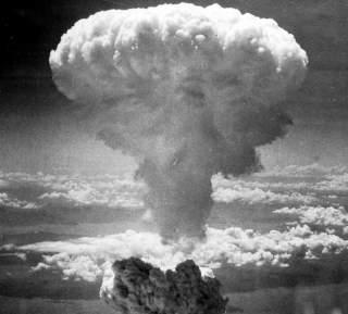 https://upload.wikimedia.org/wikipedia/commons/e/e0/Nagasakibomb.jpg