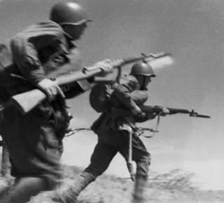 https://en.wikipedia.org/wiki/SVT-40#/media/File:RIAN_archive_613474_Red_Army_men_attacking.jpg
