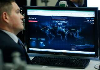 A Department of Homeland Security worker listens to U.S. President Barack Obama talk at the National Cybersecurity and Communications Integration Center in Arlington, Virginia, January 13, 2015. REUTERS/Larry Downing (UNITED STATES - Tags: POLITICS SCIENC