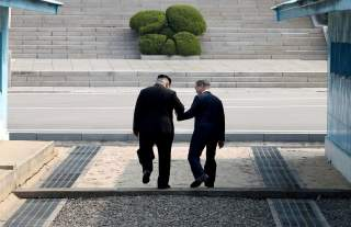 South Korean President Moon Jae-in and North Korean leader Kim Jong Un meet in the truce village of Panmunjom inside the demilitarized zone separating the two Koreas, South Korea, April 27, 2018. Korea Summit Press Pool/Pool via Reuter