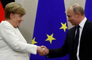 Russian President Vladimir Putin and German Chancellor Angela Merkel shake hands following a joint news conference in the Black Sea resort of Sochi, Russia May 18, 2018. REUTERS/Sergei Karpukhin