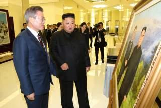 South Korean President Moon Jae-in and North Korean leader Kim Jong Un arrive for a banquet in Pyongyang, North Korea, September 18, 2018. Pyeongyang Press Corps/Pool via REUTERS
