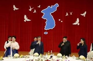 South Korean President Moon Jae-in and North Korean leader Kim Jong Un make a toast during a banquet in Pyongyang, North Korea, September 18, 2018. Pyeongyang Press Corps/Pool via REUTERS