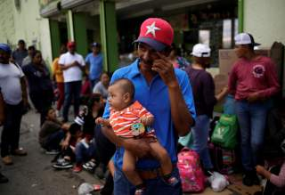 Mexican citizens fleeing violence, queue to cross into the U.S. to apply for asylum at Paso del Norte border crossing bridge in Ciudad Juarez, Mexico September 11, 2019. REUTERS/Jose Luis Gonzalez
