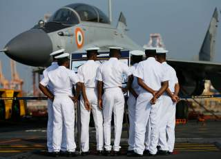 Members of the Sri Lankan navy inspect the Indian Mig fighter jets on Indian Navy's largest aircraft carrier INS Vikramaditya at Colombo port in Sri Lanka January 21, 2016. REUTERS/Dinuka Liyanawatte