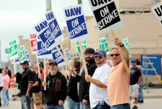 General Motors assembly workers picket outside the General Motors Flint Assembly plant during the United Auto Workers (UAW) national strike in Flint, Michigan, U.S., September 16, 2019. REUTERS/Rebecca Cook