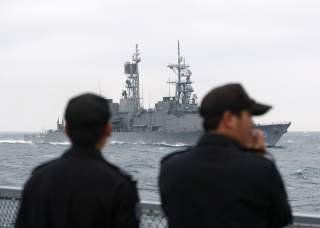 Navy personnel watch a Kidd-class destroyer sailing during a naval exercise outside a navy base in Zuoying, Kaohsiung, southern Taiwan January 21, 2011. REUTERS/Pichi Chuang (TAIWAN - Tags: MILITARY)