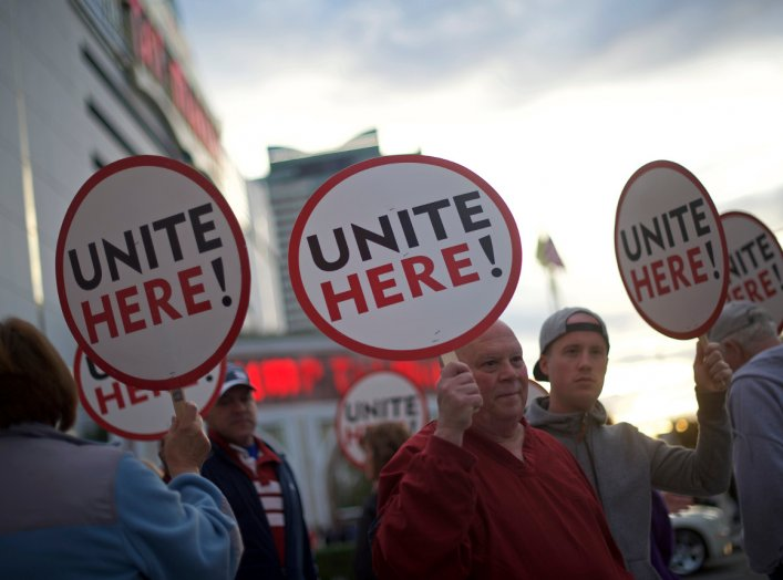 Union members from UNITE HERE Local 54 rally outside the Trump Taj Mahal Casino in Atlantic City, New Jersey October 24, 2014. REUTERS/Mark Makela