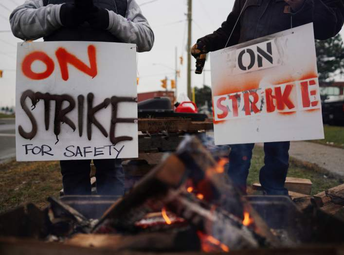 Teamsters Canada union workers picket at the Canadian National Railway at the CN Rail Brampton Intermodal Terminal after both parties failed to resolve contract issues, in Brampton, Ontario, Canada November 19, 2019. REUTERS/Mark Blinch