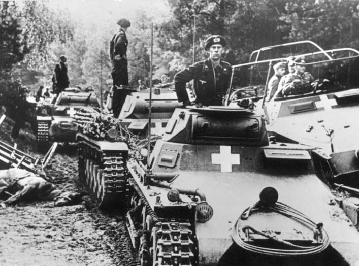 Poland, on the Brda river.- Panzer soldiers on German Panzer Is and Panzer IIs, along with a medium Schützenpanzer half-track (Sd.Kfz. 251/3; with General Heinz Guderian?); 3 September 1939