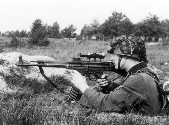 https://en.wikipedia.org/wiki/StG_44#/media/File:Bundesarchiv_Bild_146-1979-118-55,_Infanterist_mit_Sturmgewehr_44.jpg