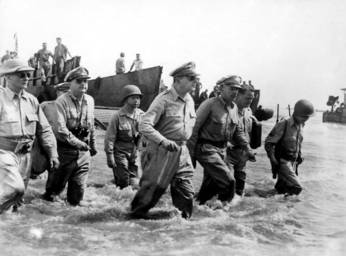 https://en.wikipedia.org/wiki/Douglas_MacArthur#/media/File:Douglas_MacArthur_lands_Leyte1.jpg