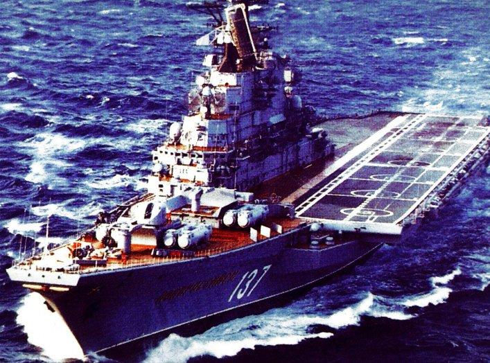An elevated port bow view of a Soviet Kiev class aircraft carrier (CVHG) «Novorossiysk» underway. 25 March 1986. U.S. Navy.