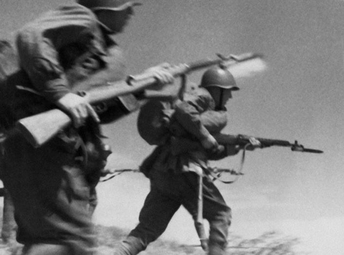 https://en.wikipedia.org/wiki/SVT-40#/media/File:RIAN_archive_613474_Red_Army_men_attacking.jpg