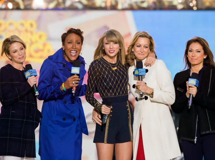 "Singer Taylor Swift (C) poses with ABC's ""Good Morning America"" with hosts (L-R) Amy Robach, Robin Roberts, Lara Spencer, and Ginger Zee in New York, October 30, 2014. REUTERS/Lucas Jackson"
