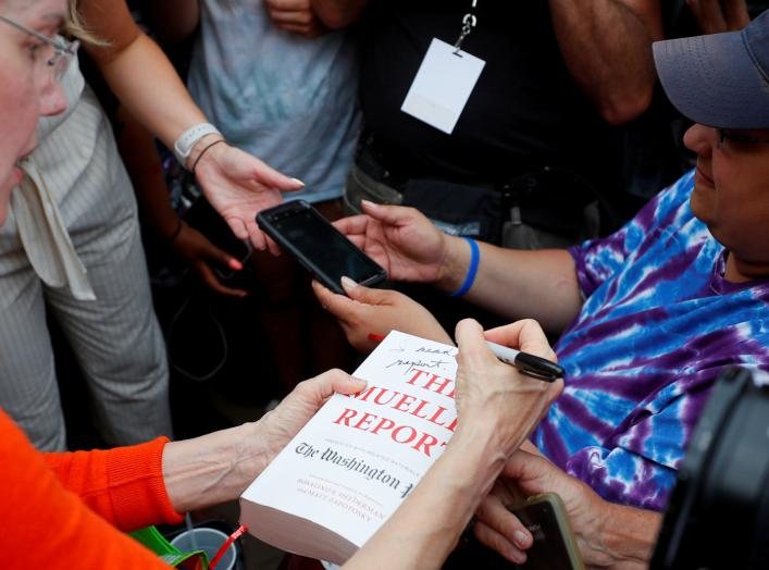 "Democratic 2020 U.S. presidential candidate and U.S. Senator Elizabeth Warren (D-MA) autographs a copy of The Mueller Report with ""I Read This Report"" at the Iowa State Fair in Des Moines, Iowa, U.S., August 10, 2019. REUTERS/Brian Snyder TPX IMAGES OF TH"