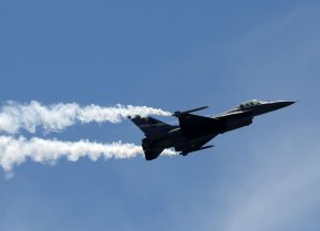 FILE PHOTO: Pakistan Air Force (PAF) Sherdils (Lion Heart) squad's fighter jet F-16 flies during Pakistan Day celebrations, Clifton beach, Karachi, Pakistan, March 23, 2017. REUTERS/Akhtar Soomro/File Photo