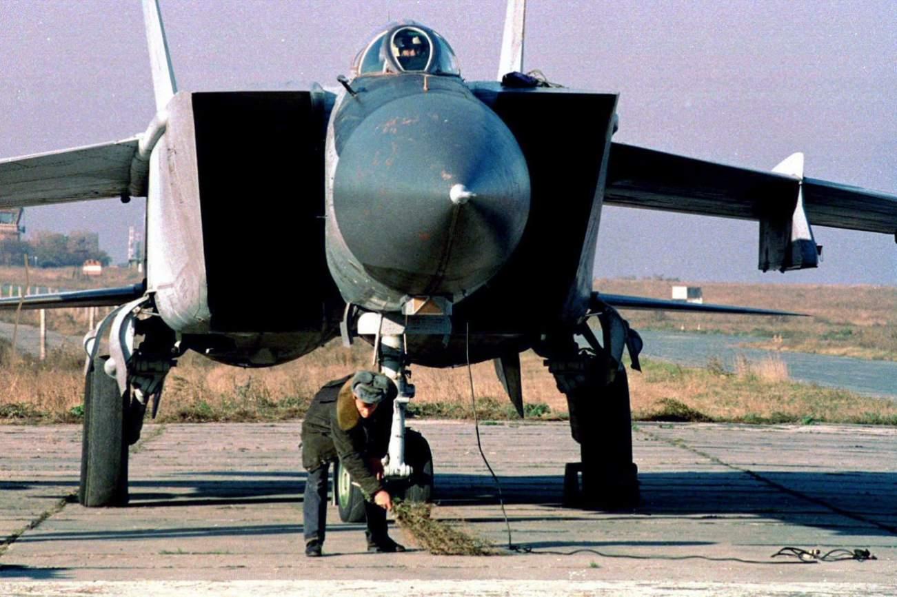 Meet the MiG-25 Foxbat: The Soviet's Mach 2.8 Jet Fighter
