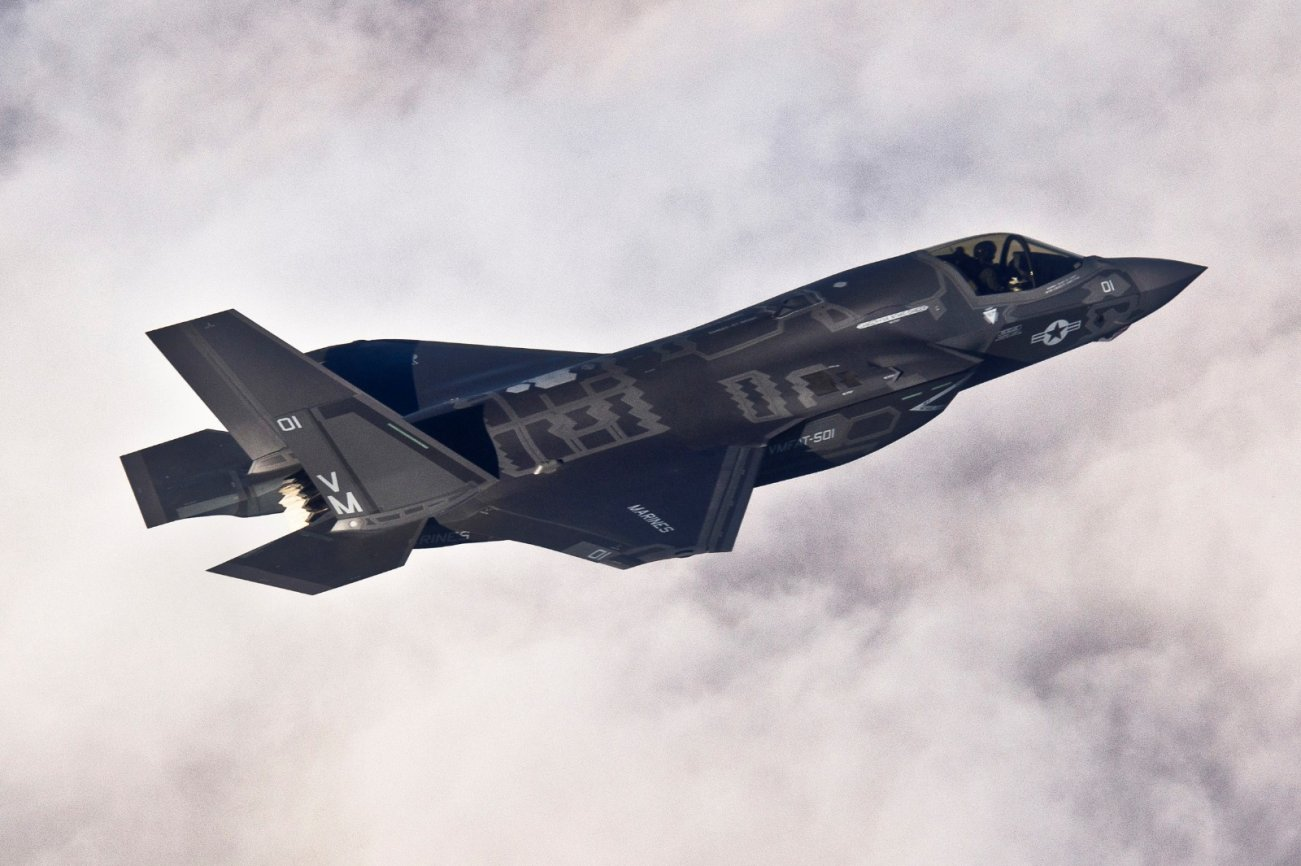 The F-35 Is A Powerful Stealth Fighter, But It Can't Hope to Beat A F-22 Head-On